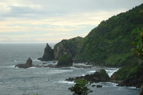 pantai Wediombo bersebrangan dengan pantai Siung